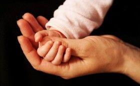 爸爸扶着宝宝的手