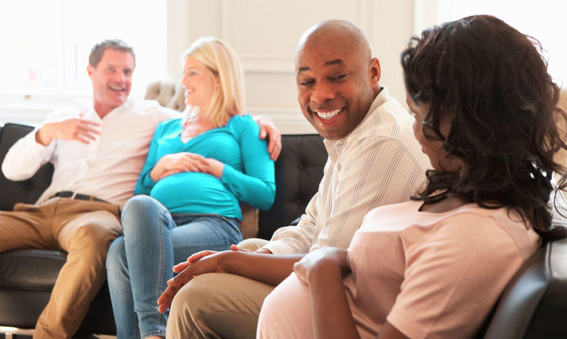两对夫妇在候诊室聊天,两位妇女在IVF治疗后分别怀孕