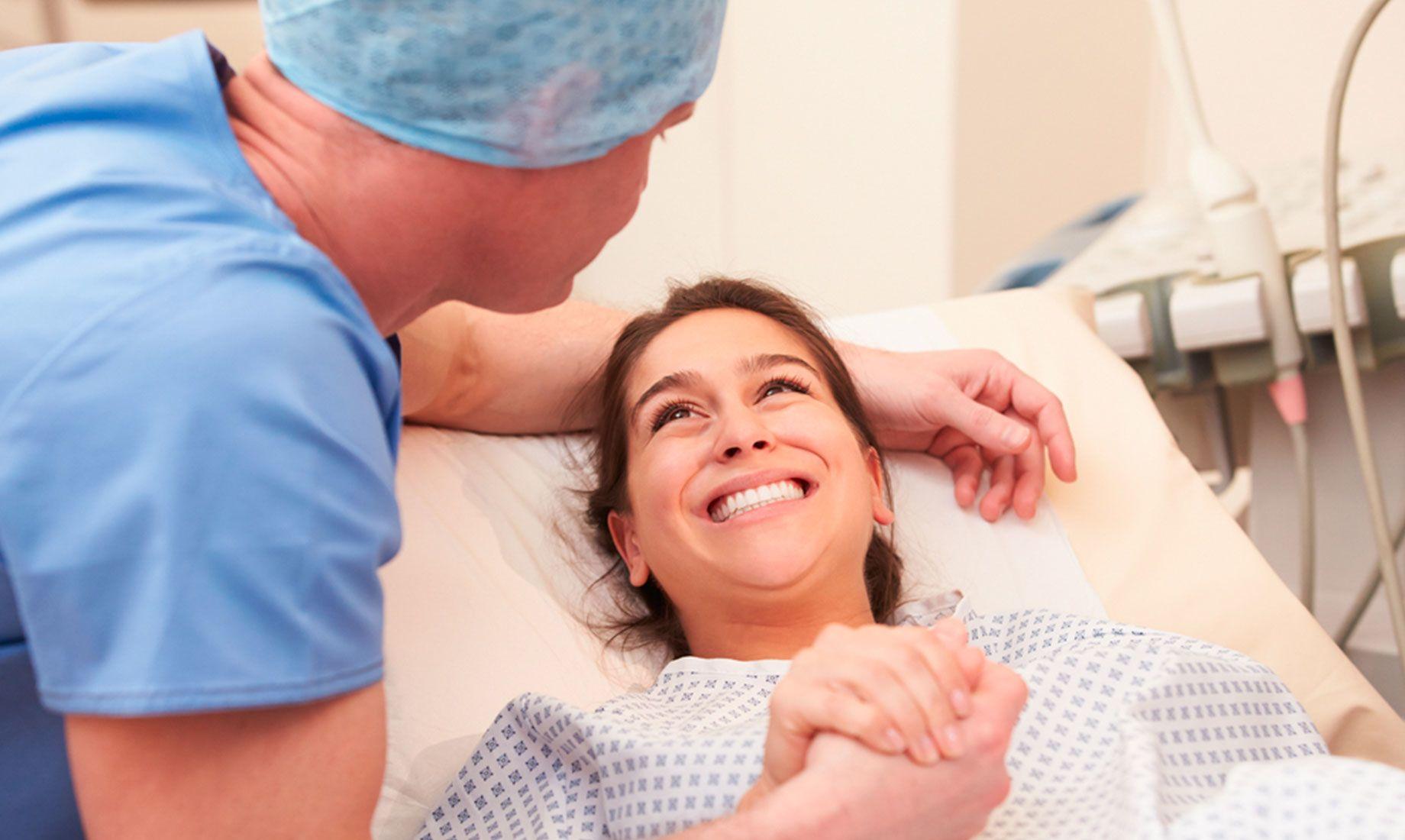 主治医务人员跟选择自然IVF方案的患者在就诊室讨论