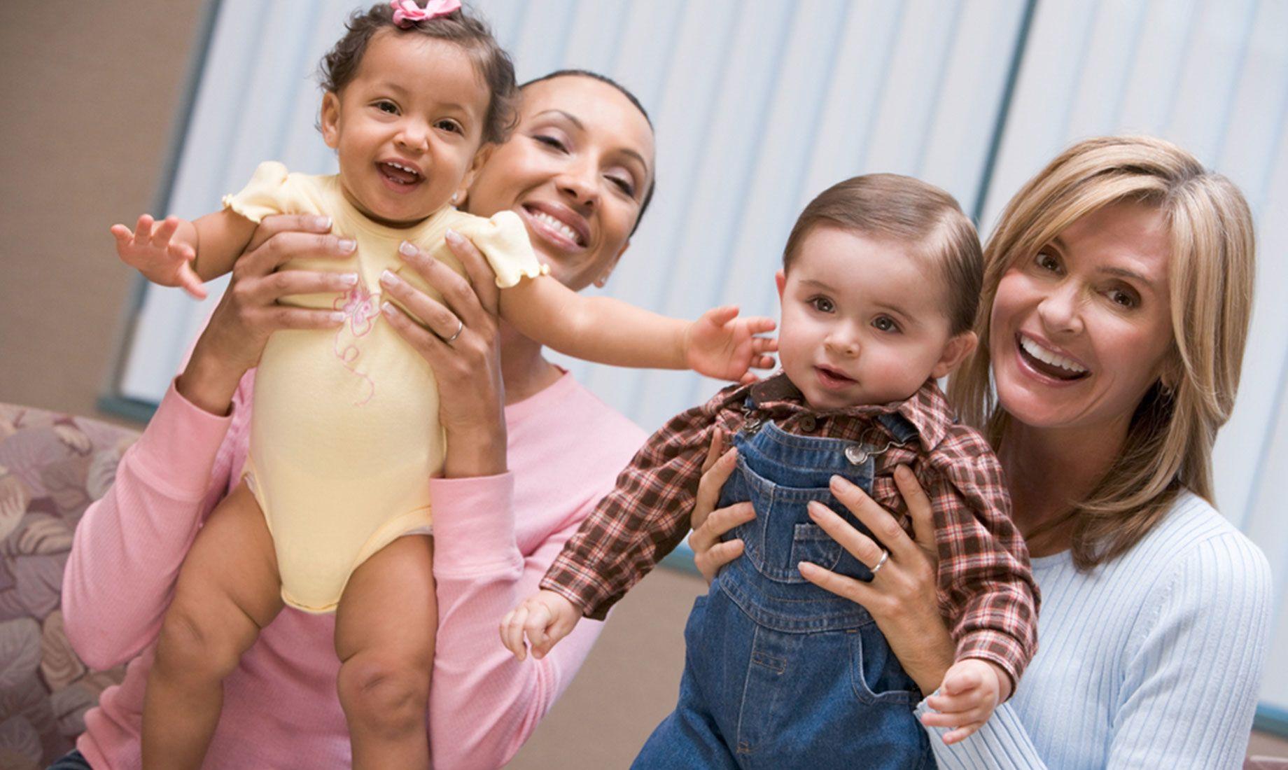 两个幸福的母亲抱着宝宝,IVF成功的案例