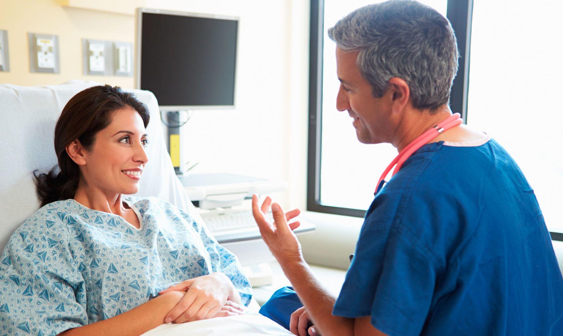 医院病床上的妇女由医生进行IVF监测
