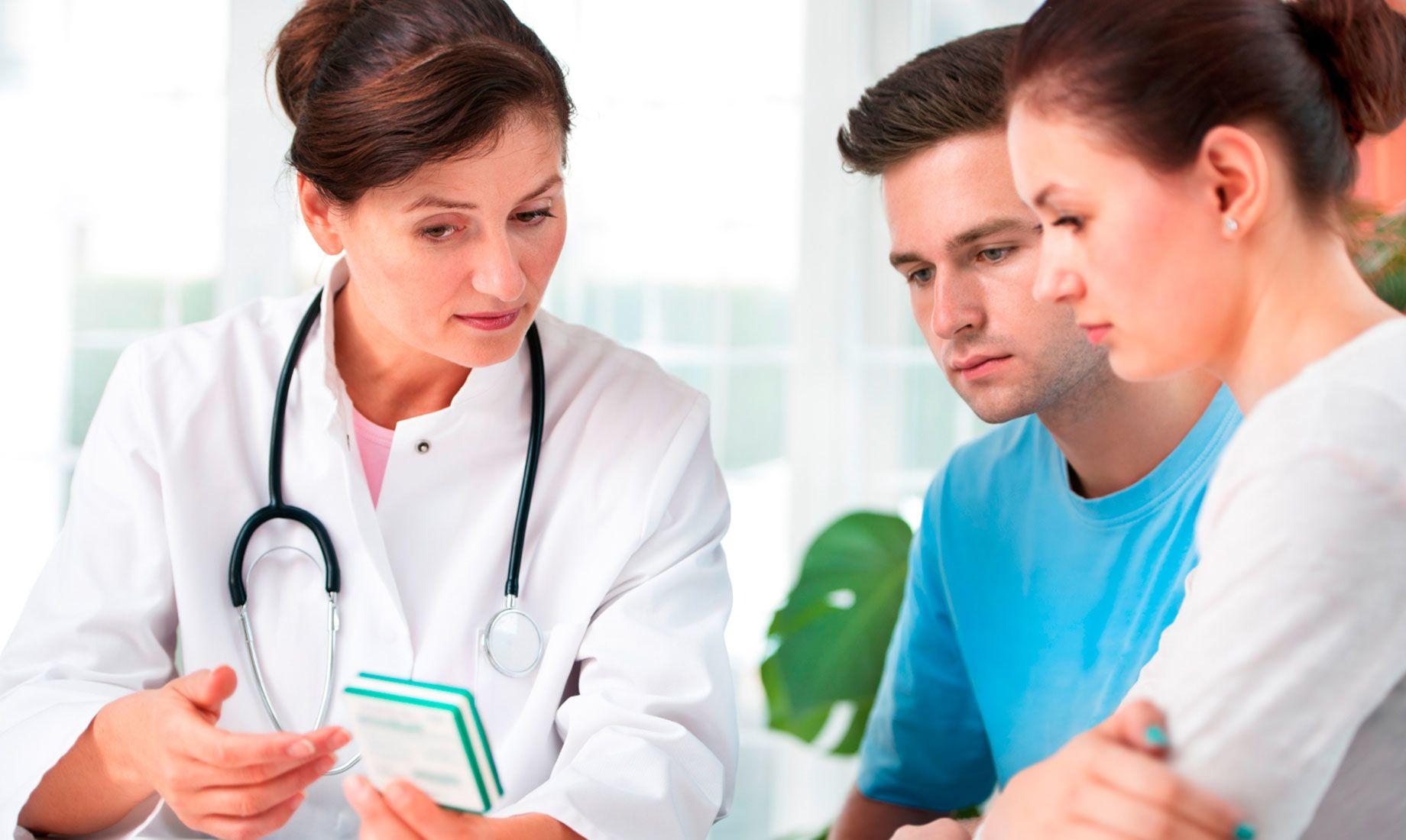 女医生与年轻夫妇讨论IVF风险和并发症