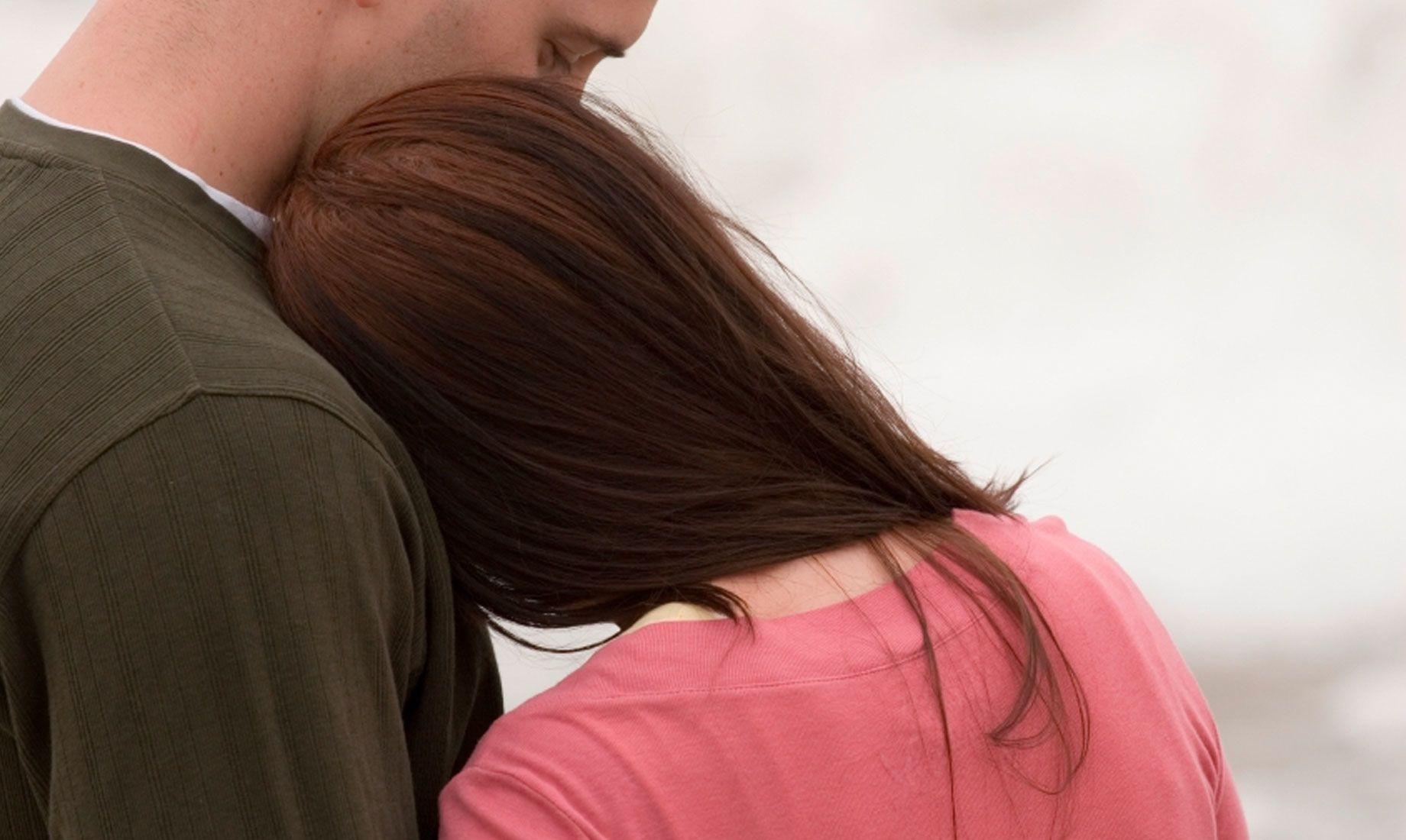 女患者靠在男伴侣的肩膀上