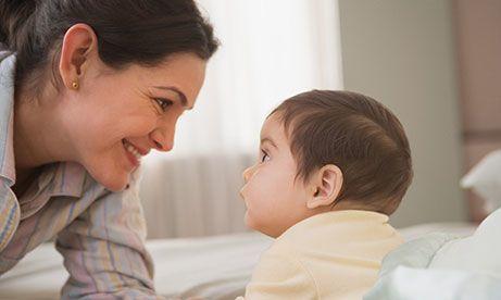 海外不育的患者凝视她宝宝的眼睛