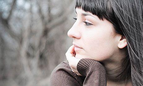 年轻的女患者考虑用捐卵服务而沉思中