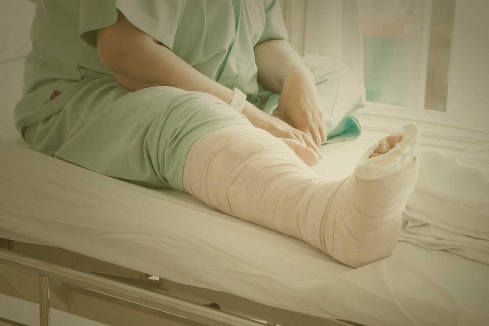 patient in hospital with broken leg