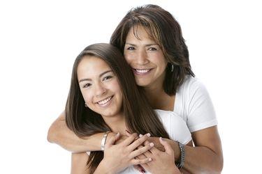 Una joven y su mama.